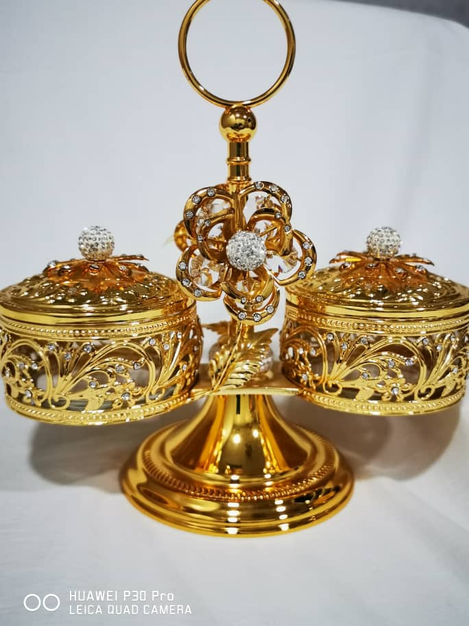 Two gold bowl rack with lead